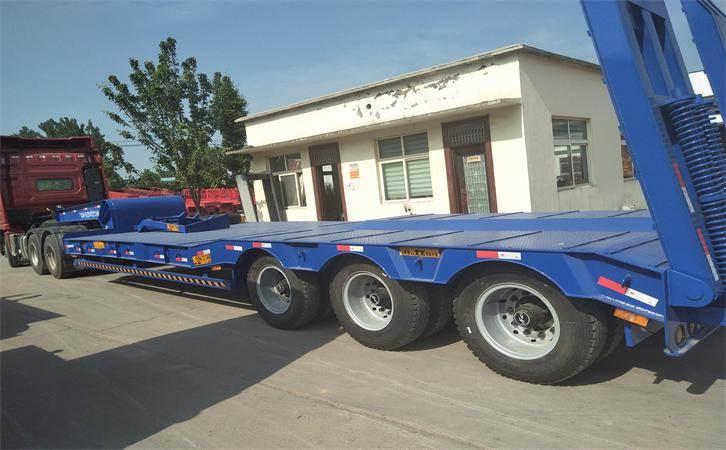 鸿盛业骏专业生产设计拖钩机 低平板半挂车
