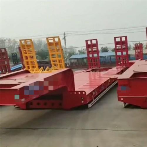 三桥低平板半挂车 12.5米挖机运输半挂车 勾机板拖车价格
