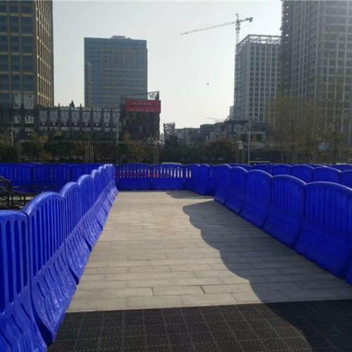蓝色滚塑围栏水马生产厂家 安保安检警示防护栏隔离墩
