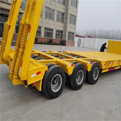 13米低平板半挂车尺寸及配置价格 挖掘机托盘车出售