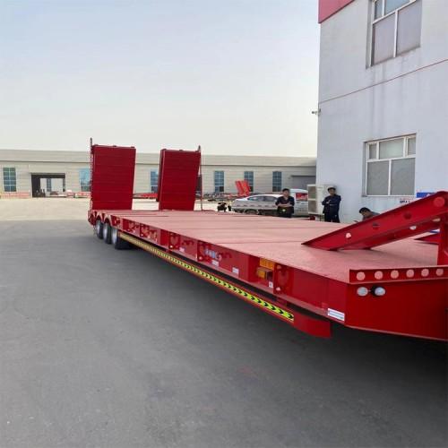 13.75米勾机板半挂车尺寸及配置 轻型低平板半挂车出售